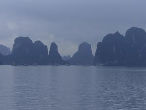 Les rochers karstiques de la baie